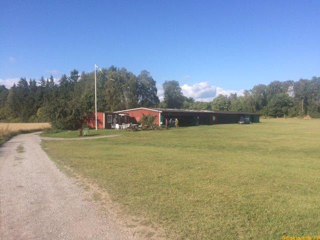 d656173f7459 Fältet ligger fridfullt och vackert mitt på en skogsbevuxen halvö i  Mälaren. För UL-flyget i Sverige är det något av en centralpunkt.